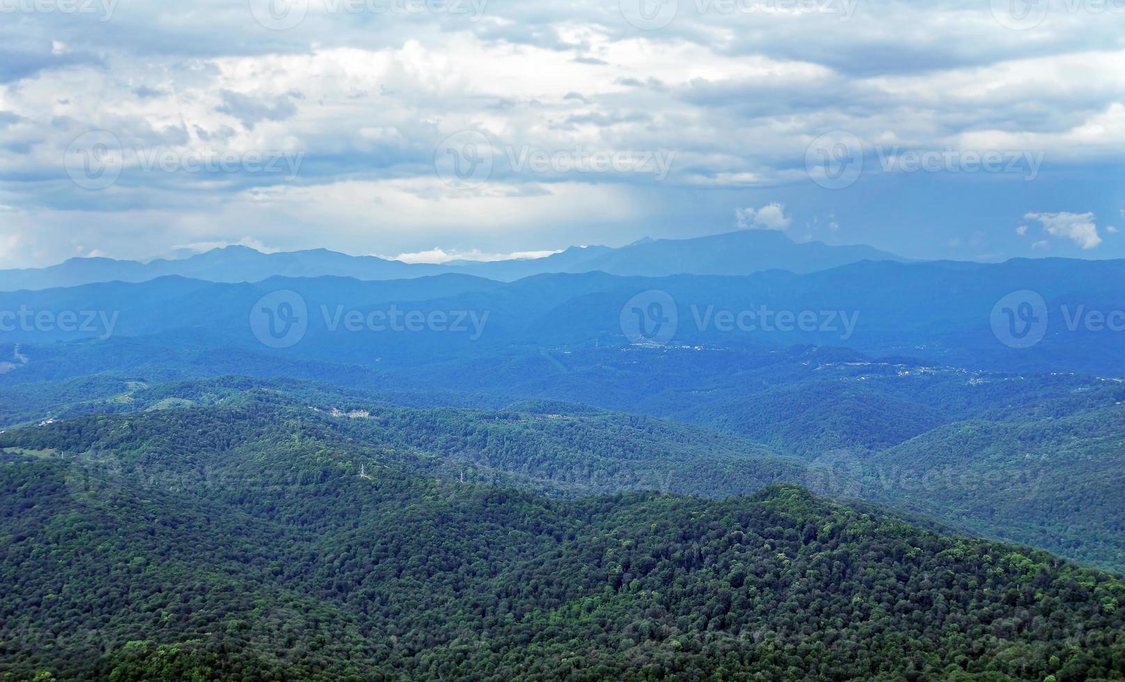 beboste Kaukasische bergen foto