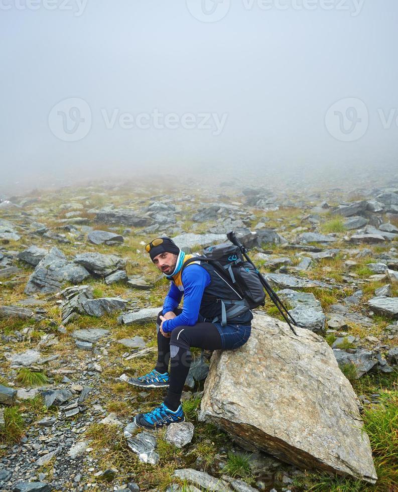 Kaukasische wandelaar met rugzak foto