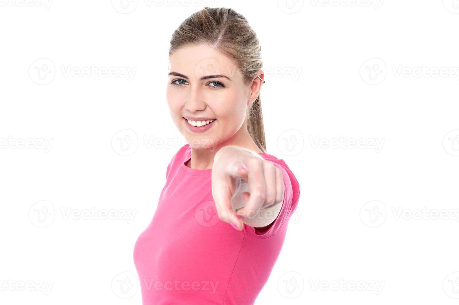 gelukkig Kaukasisch meisje dat naar u richt foto