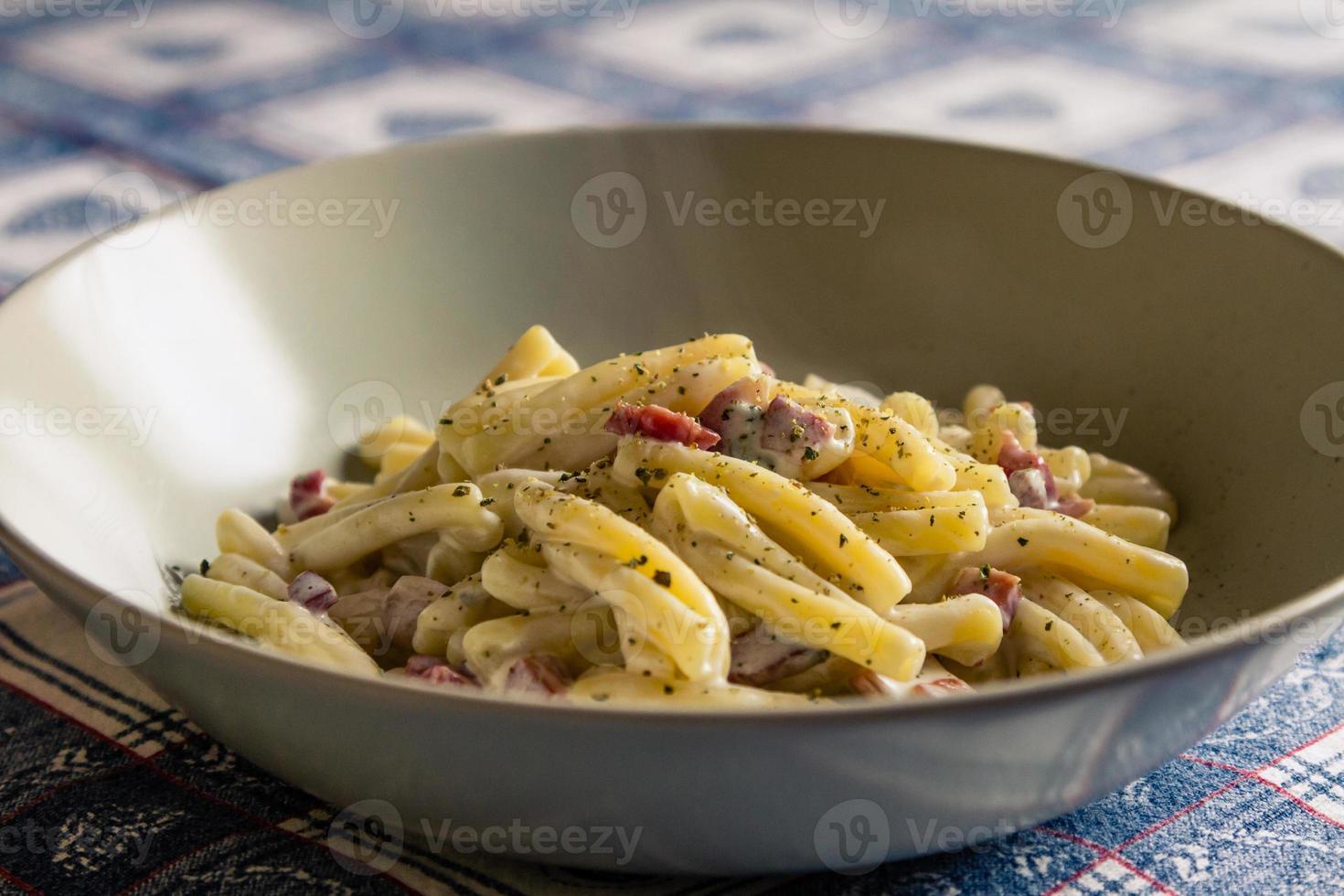 Italiaanse handgemaakte pasta, spek en gorgonzolasaus foto