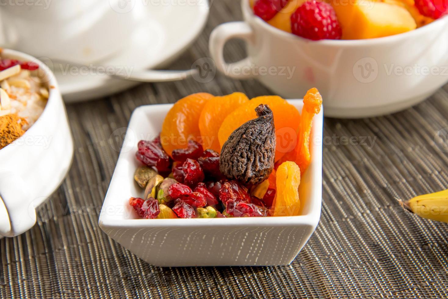 voedzame ontbijtomgeving met havermout en gedroogd fruit foto