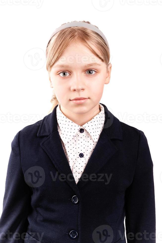 portret van blond Kaukasisch schoolmeisje dat op wit wordt geïsoleerd foto