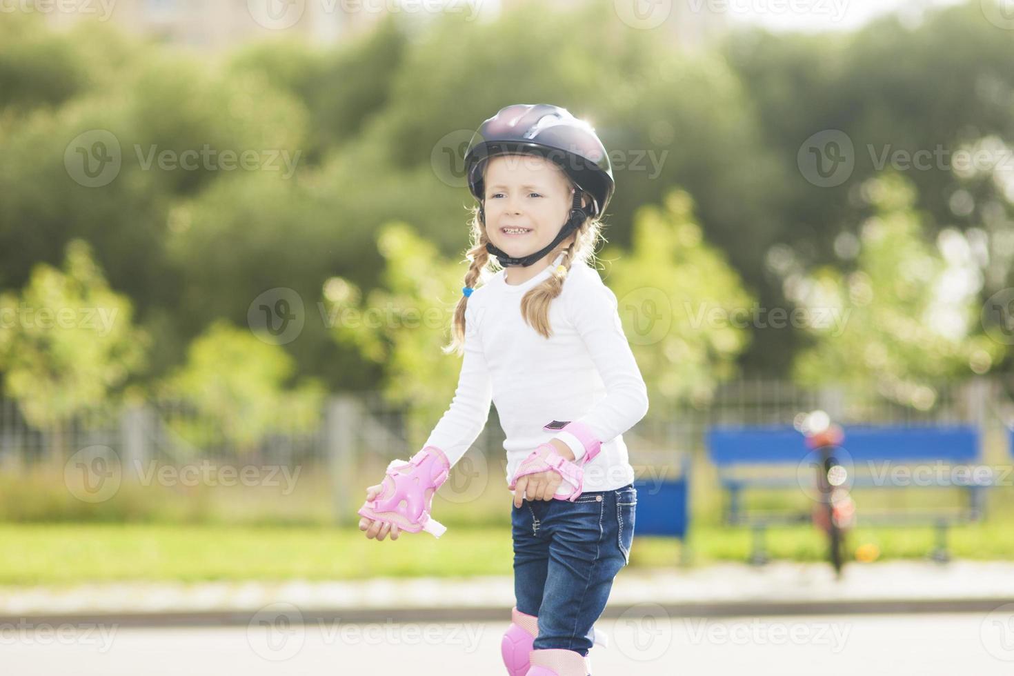 schattig blond Kaukasisch meisje dat op een spoor schaatst foto