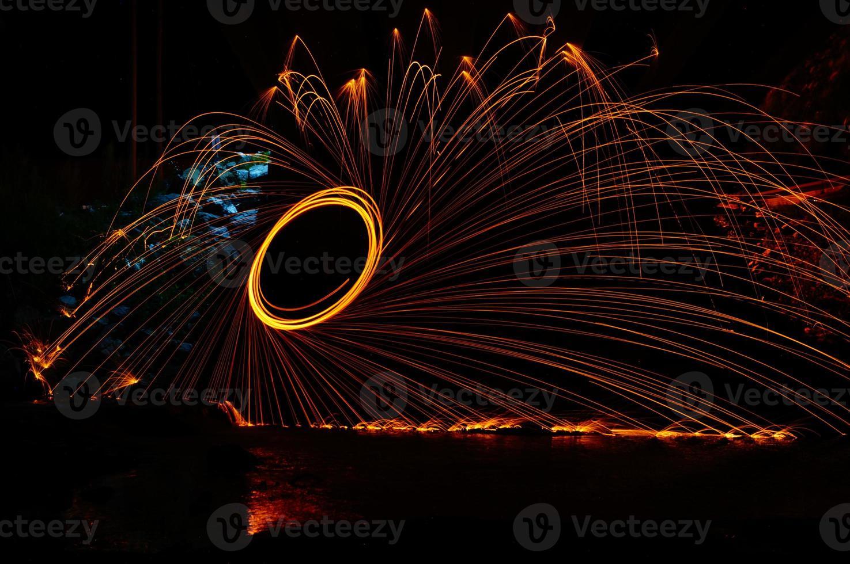 verfverlichting: gloed geschilderd door vuur in de nacht (licht schilderij) foto