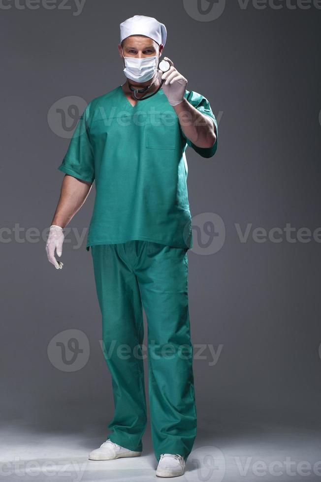 Kaukasische medio volwassen mannelijke arts die een masker draagt foto