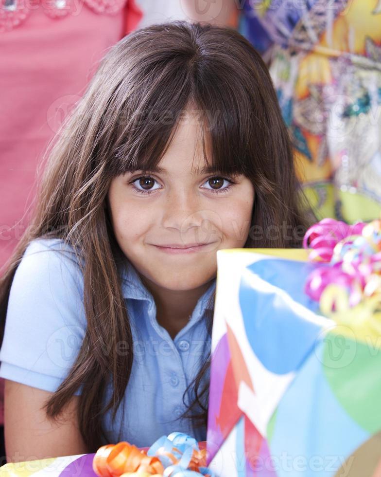 echte mensen: Kaukasisch meisje dat verjaardagsfeestje viert foto