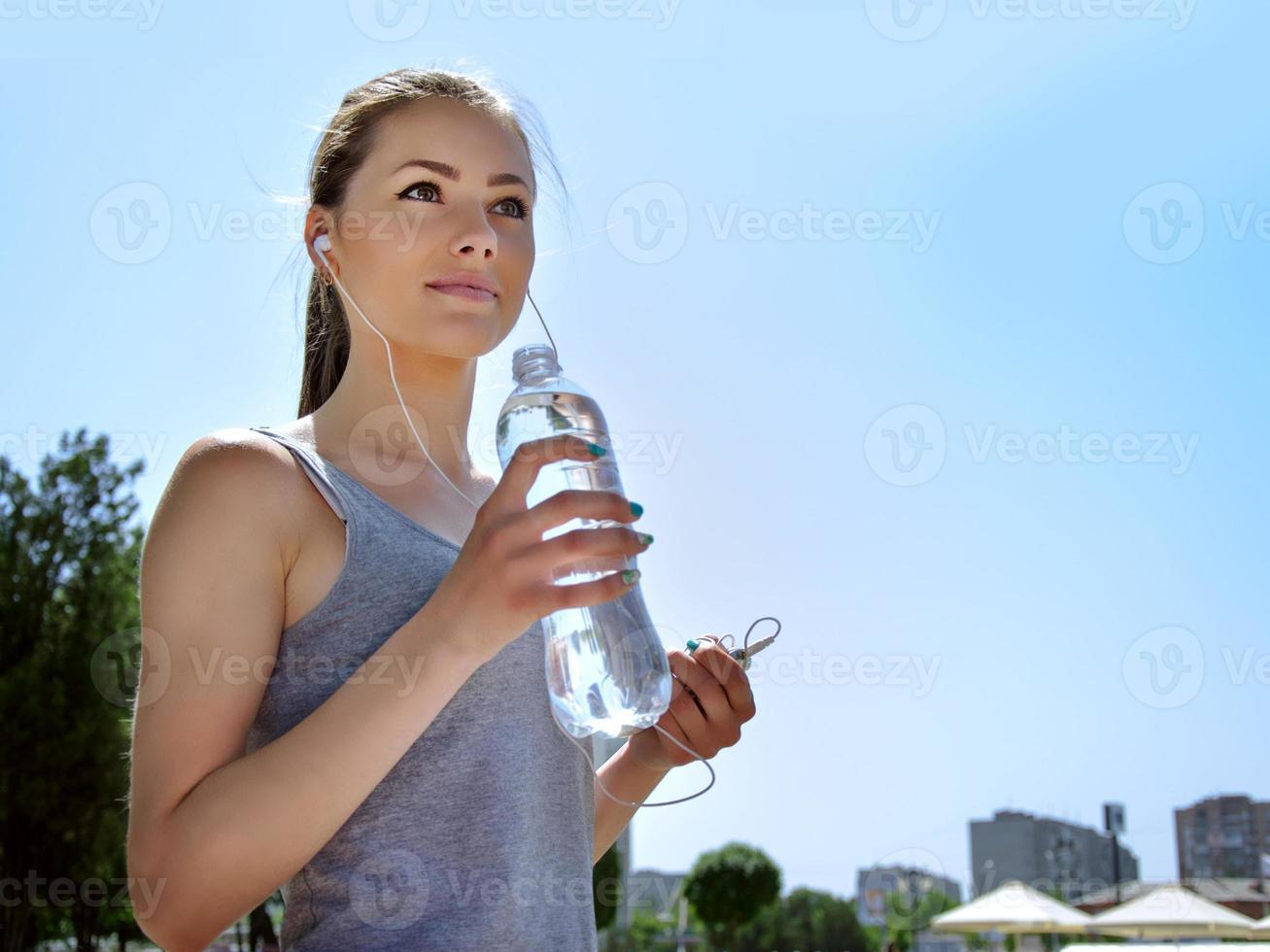 meisje houdt zich bezig met sport terwijl u naar muziek luistert foto