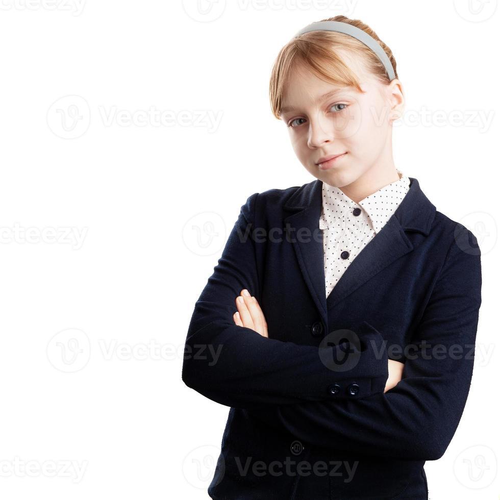 close-upportret van ernstig blond Kaukasisch geïsoleerd schoolmeisje foto