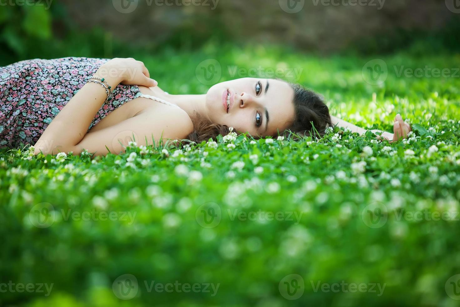 jonge mooie blanke vrouw neemt rust in park foto