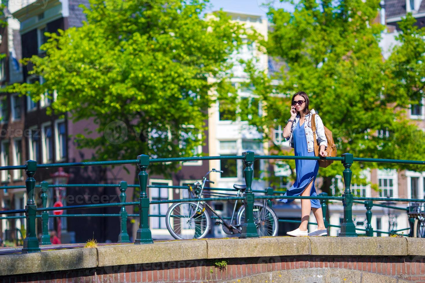 jong Kaukasisch meisje geniet van Europese vakantie in amsterdam, holland foto