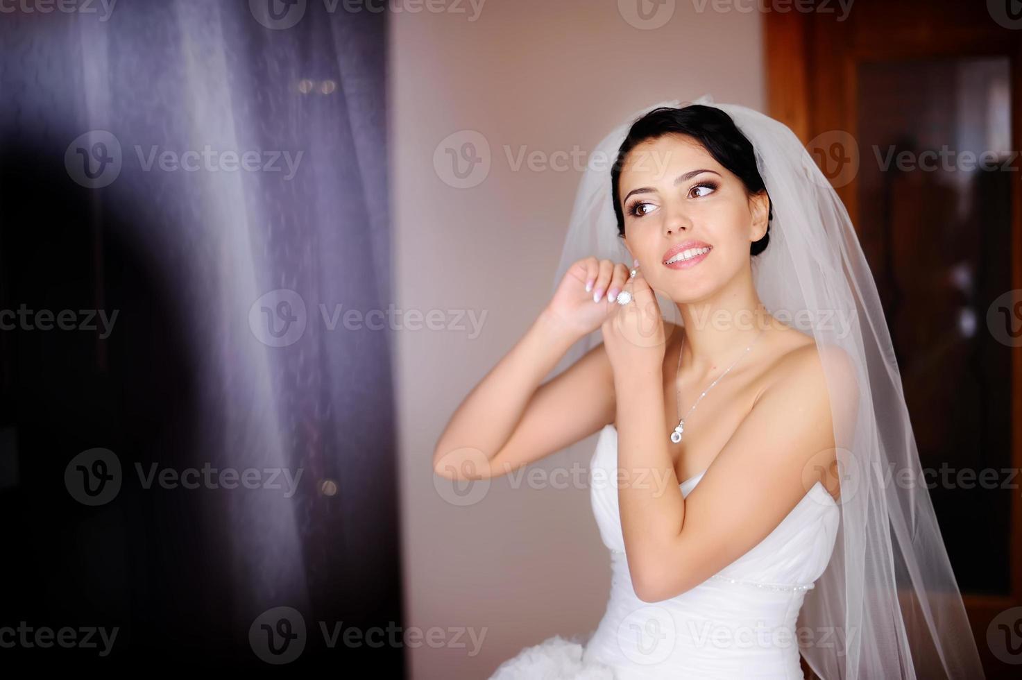 Kaukasische brunette bruid foto