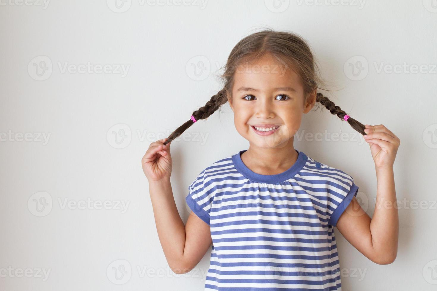 portret van gelukkig, positief, glimlachend, speels Aziatisch Kaukasisch jong geitje foto