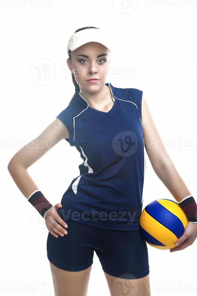 Kaukasische professionele vrouwelijke volleyballer uitgerust in volleybal outfit bedrijf bal foto