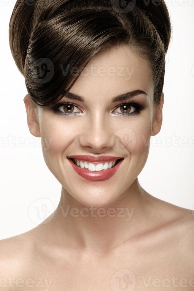 portret van aantrekkelijke Kaukasische lachende vrouw foto