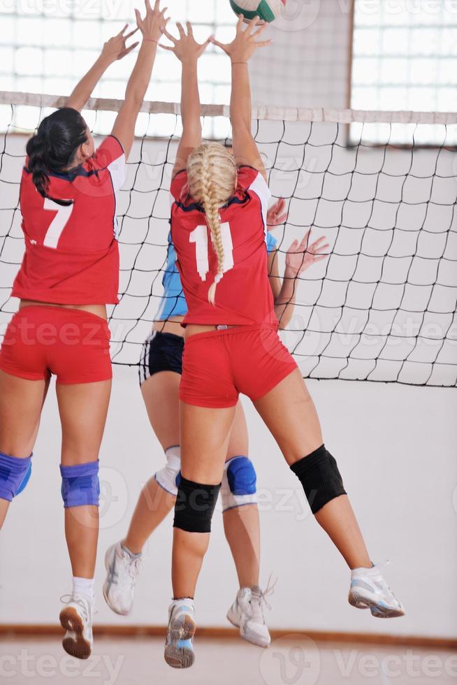 meisjes spelen volleybal indoor spel foto