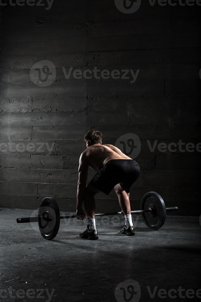 portret van een knappe atleet van achteren foto