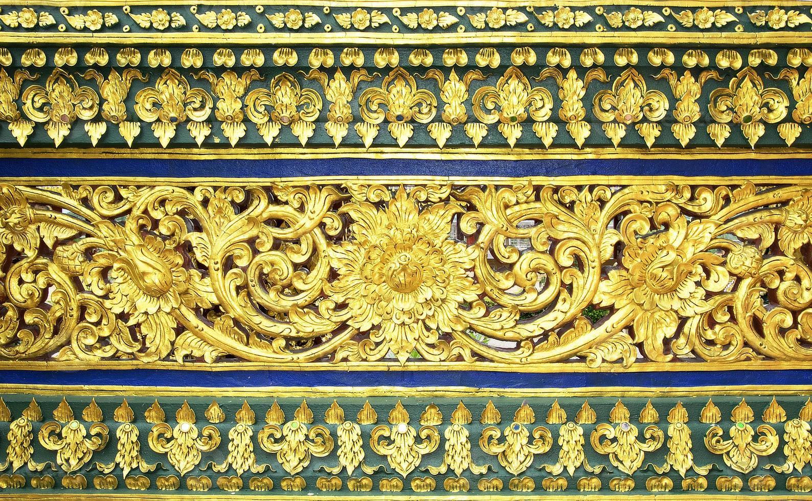 traditioneel Thais gipspleisterpatroon decoratief in tempel, Thailand foto