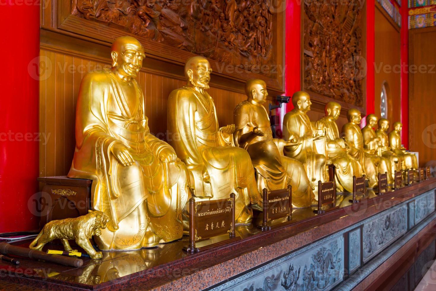boeddhistische standbeelden in chinese tempel thailand foto