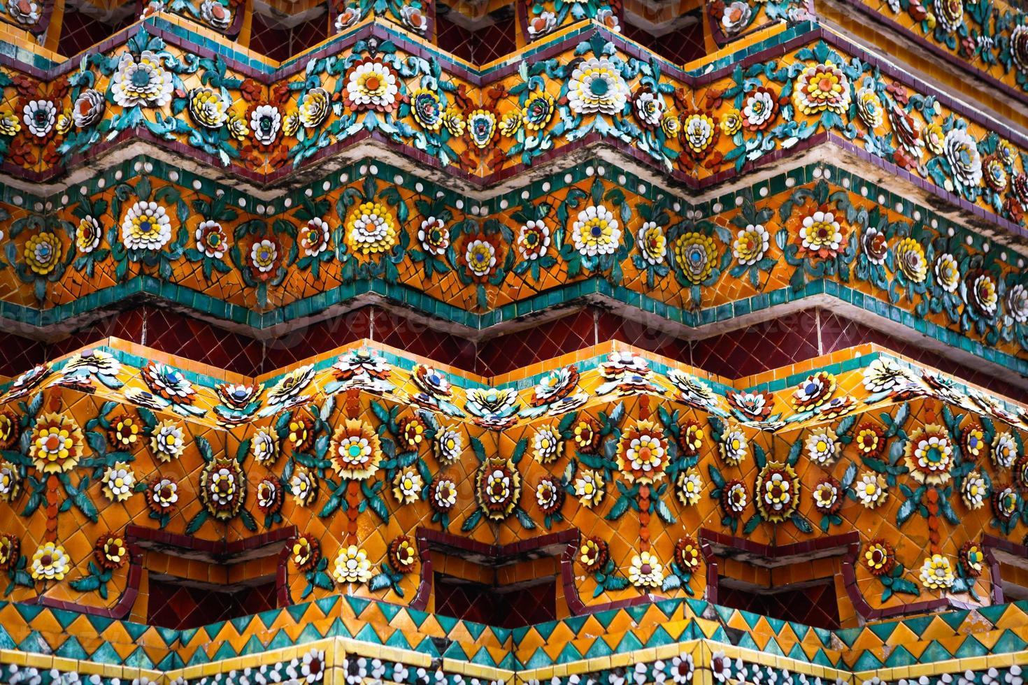 keramische decoratieve elementen van de boeddhistische tempel foto