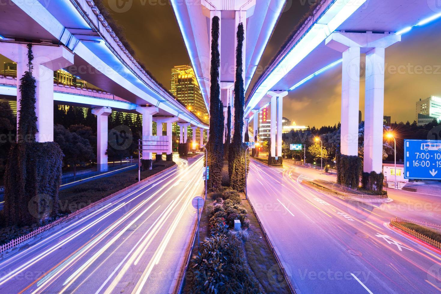 shanghai verhoogde kruising en kruispuntviaduct 's nachts foto