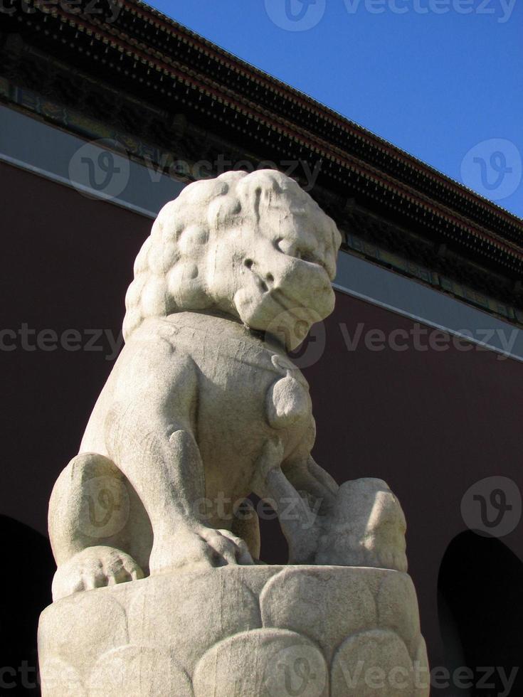 stenen leeuw standbeeld van tiananmen toren, beijing foto