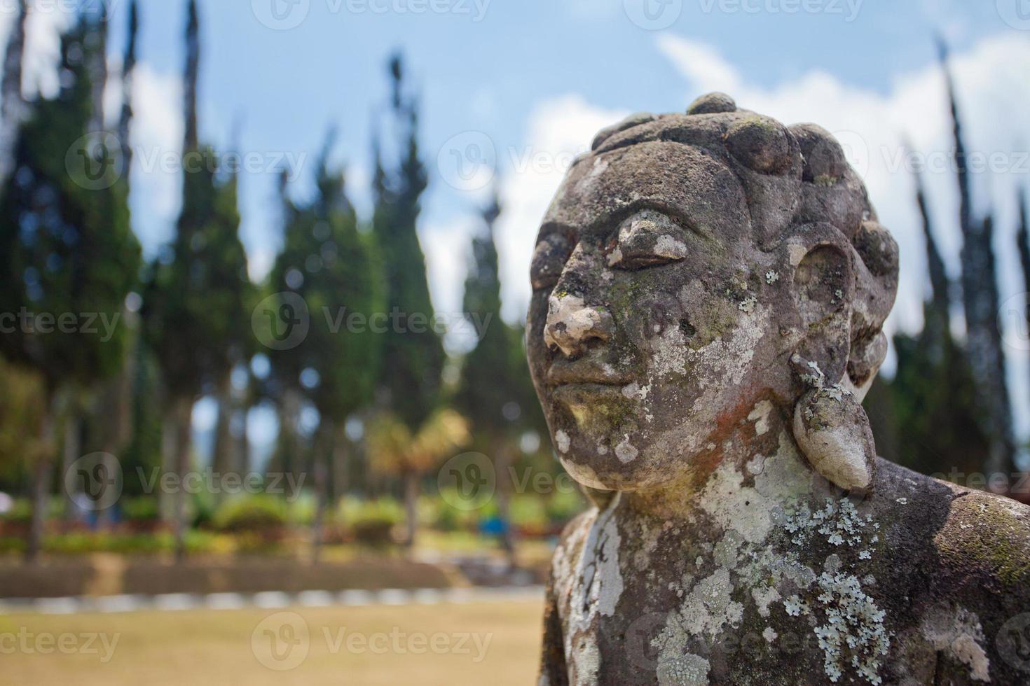 oud standbeeld van Bali mythologie foto