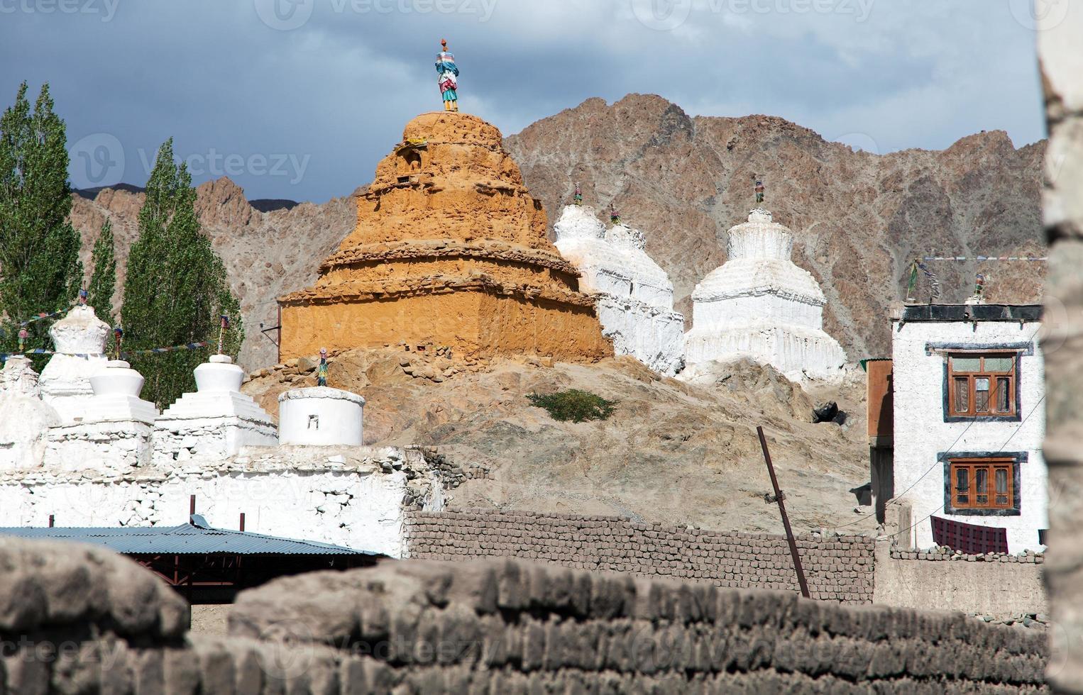stoepa's in leh - ladakh - jammu en kashmir - india foto