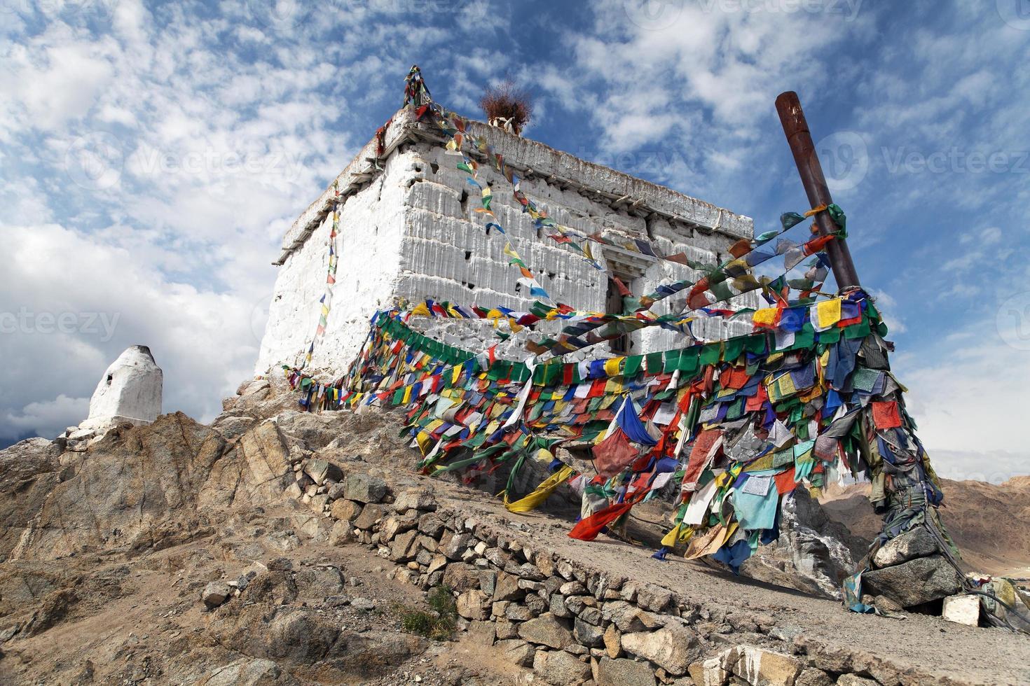 stoepa met gebedsvlaggen - leh - ladakh foto