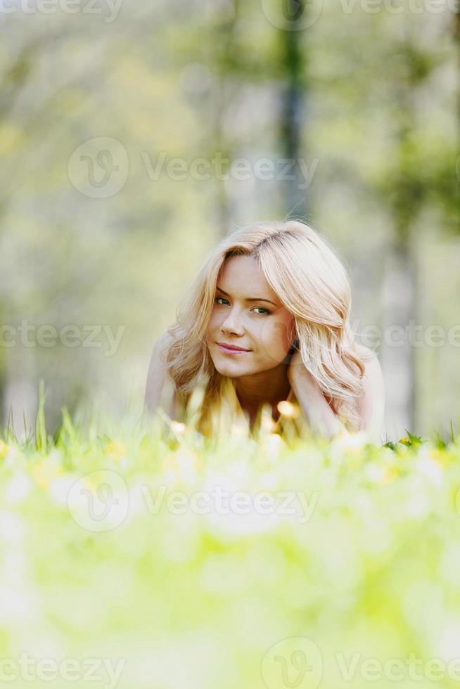 vrouw liggend op gras foto
