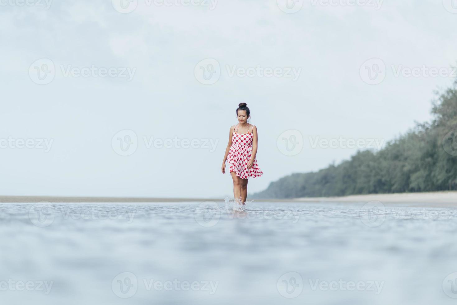 levensstijl vrouw die op het strand loopt foto