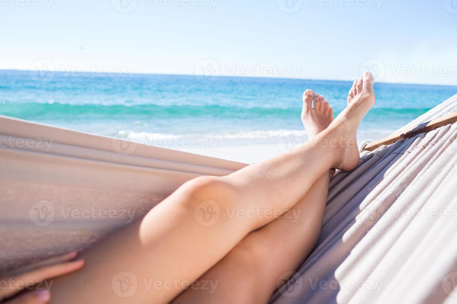 vrouw ontspannen in de hangmat foto