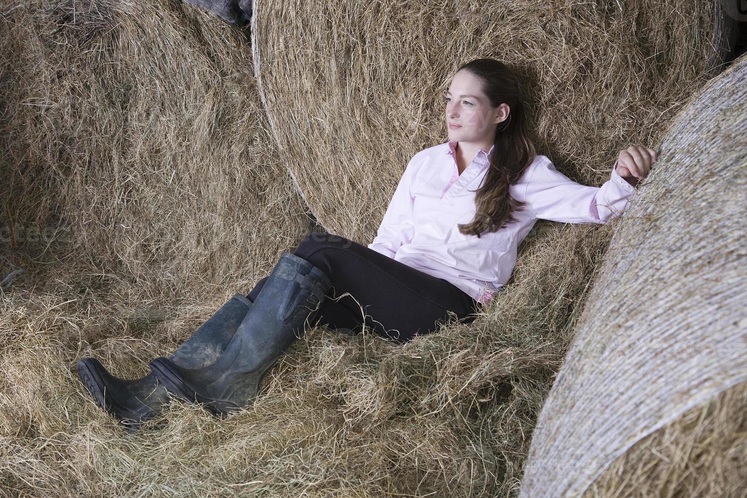 doordachte vrouw ontspannen in de schuur foto