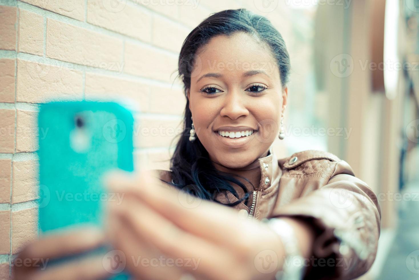 mooie Afrikaanse jonge vrouw selfie foto