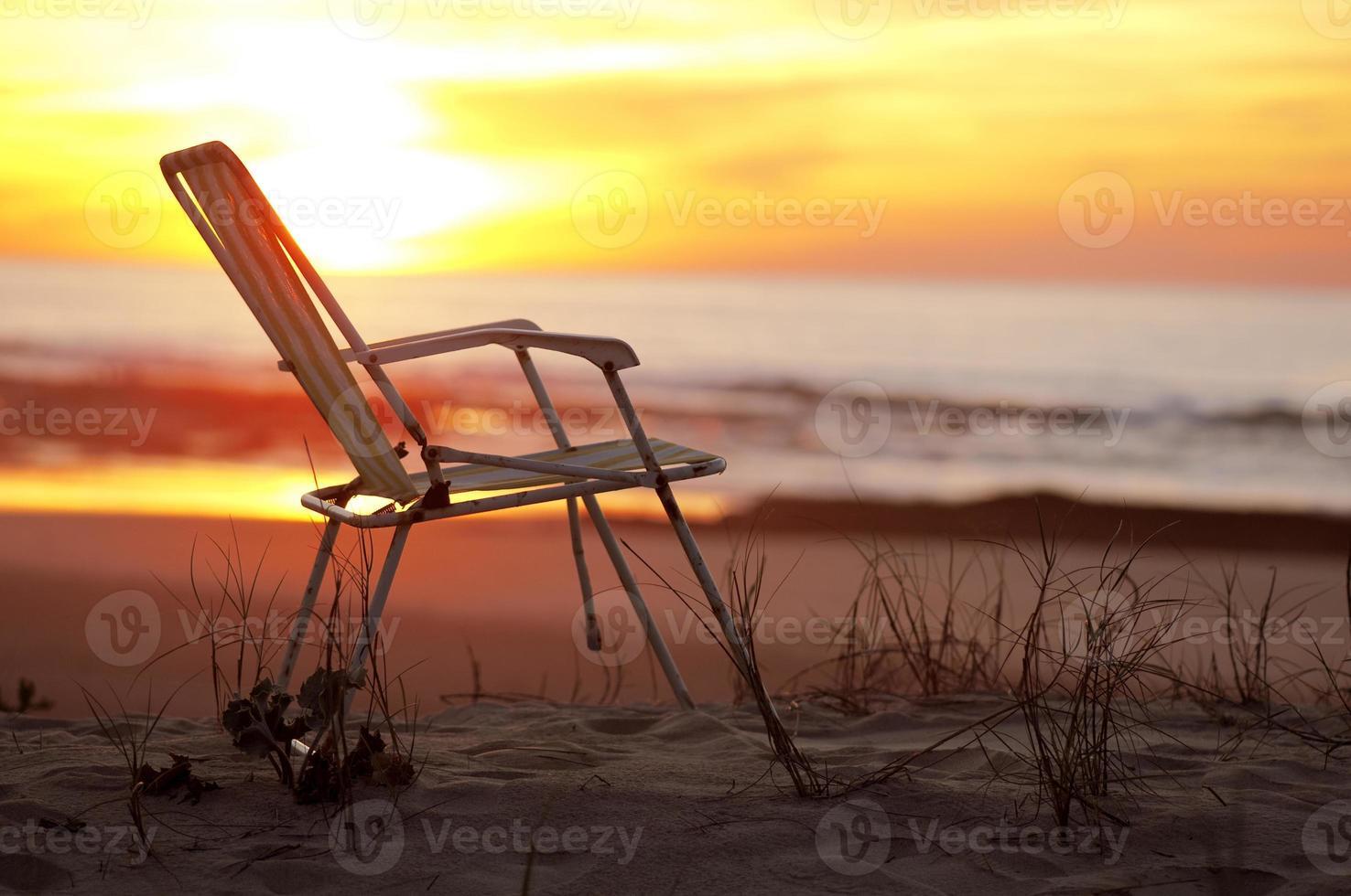 strandstoel op een strand foto