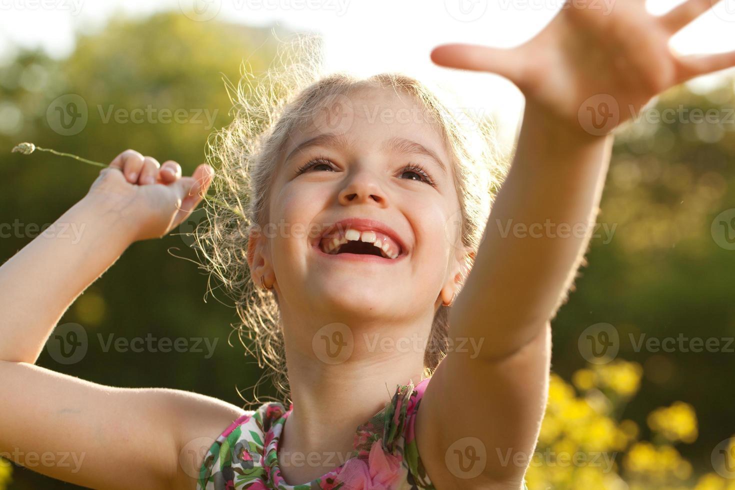 charmant vrolijk meisje foto