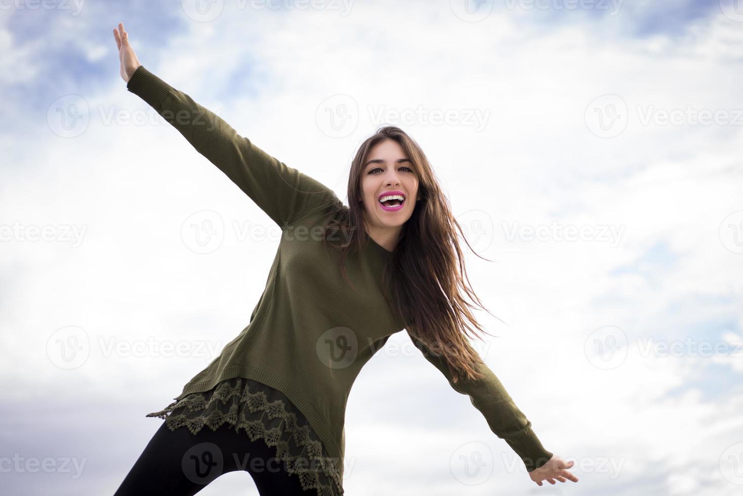 gelukkige meisjeswapens outstreched. foto