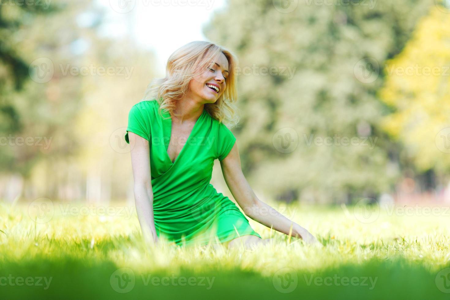 vrouw zitten op gras foto