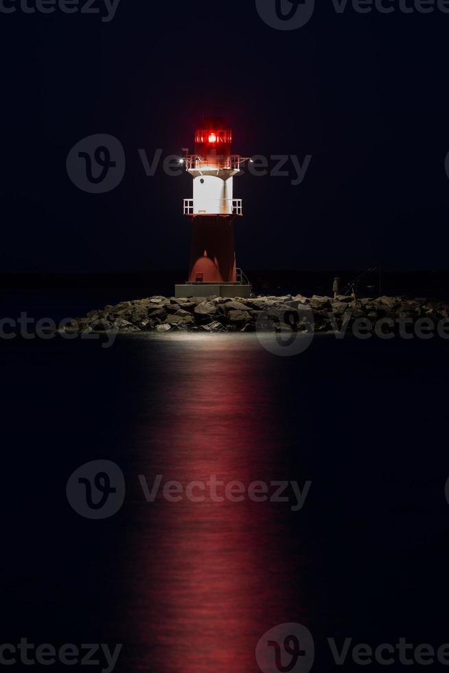 warnemünde vuurtoren 's nachts foto