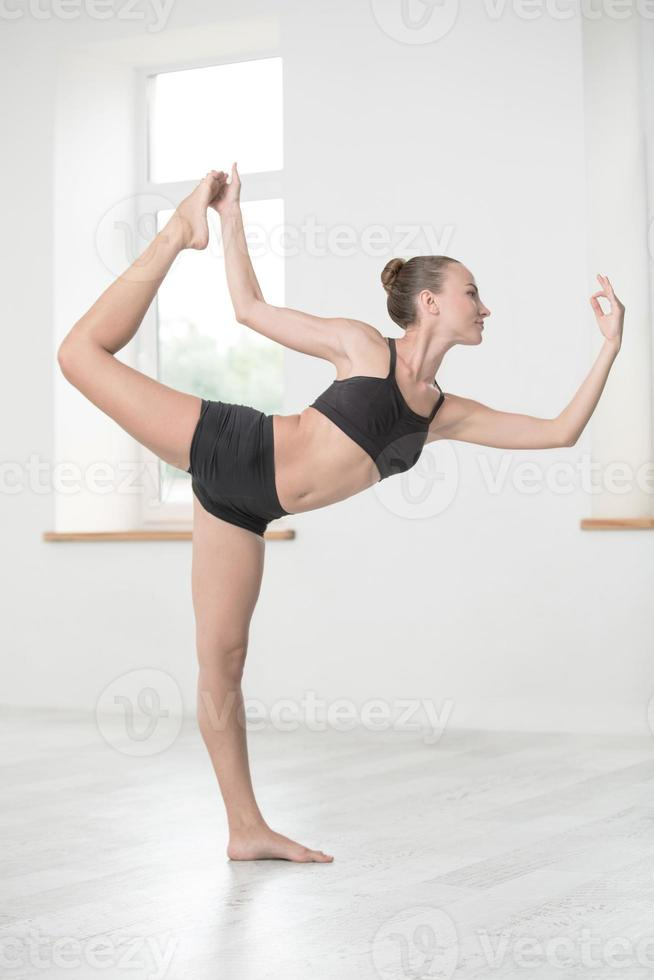 mooie vrouw doen rekoefeningen foto