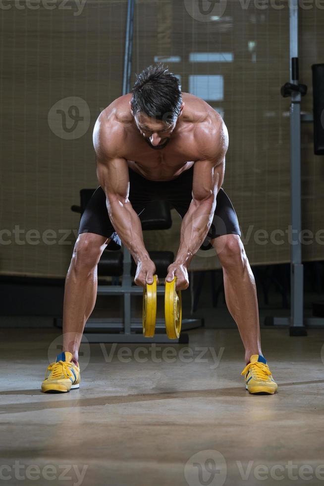 bodybuilder die oefening voor rug doet foto