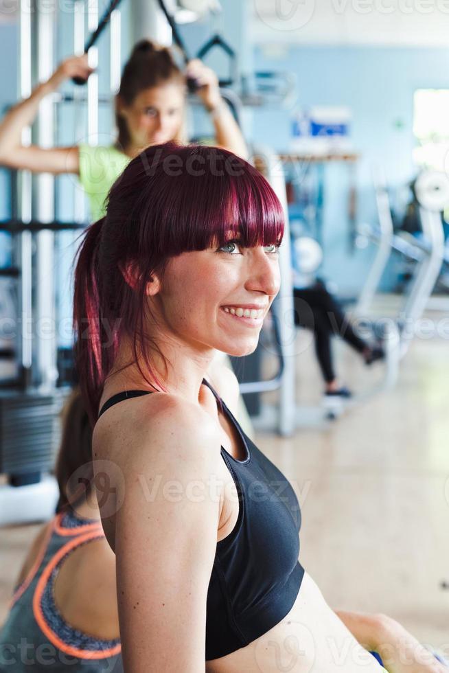 groep vrouwen trainen in de sportschool foto