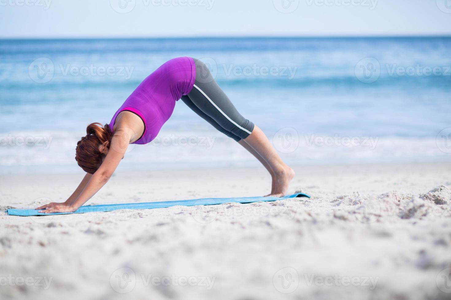brunette doet yoga op Trainingsmat foto