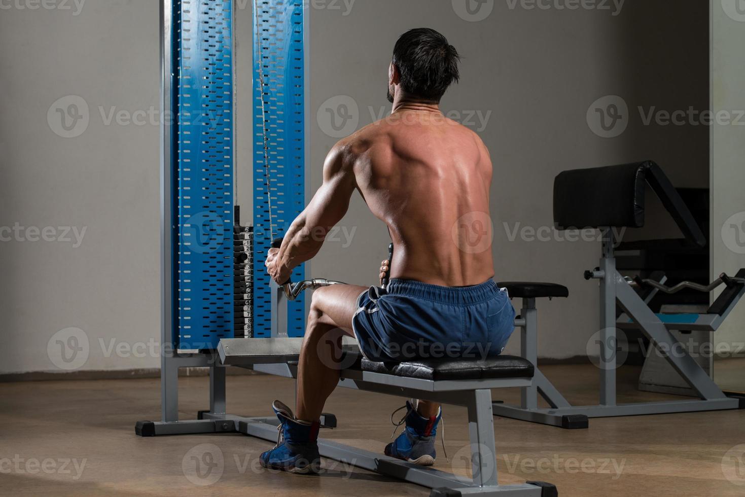 fitness atleet die zwaargewicht oefening voor rug doet foto