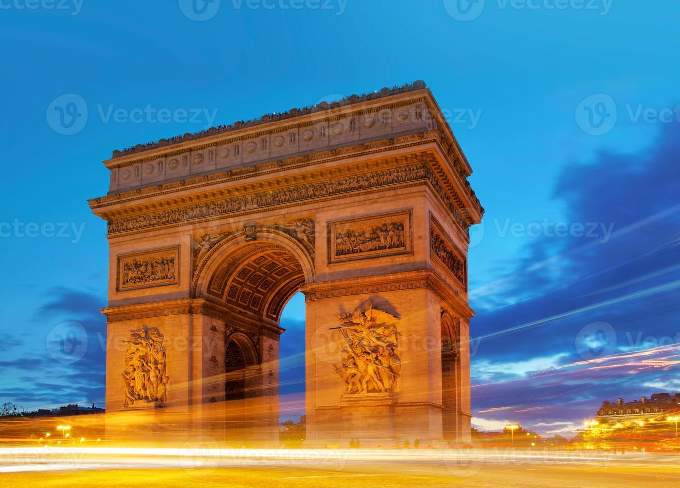 arc de triomphe in de schemering foto