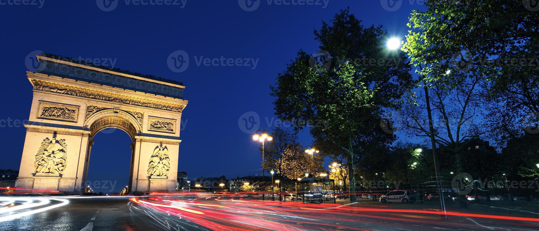 panoramische arc de triomphe bij nacht foto