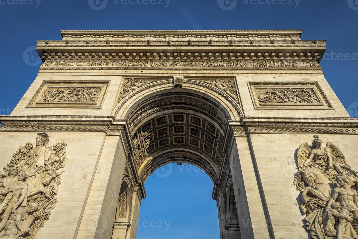 arc de triomphe op een heldere dag foto