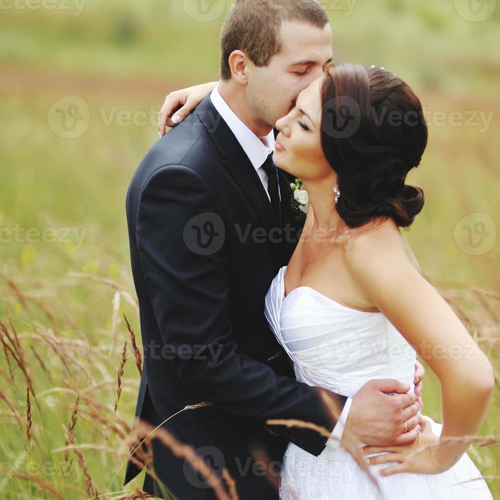 Kaukasische pasgetrouwde jonge paar. foto