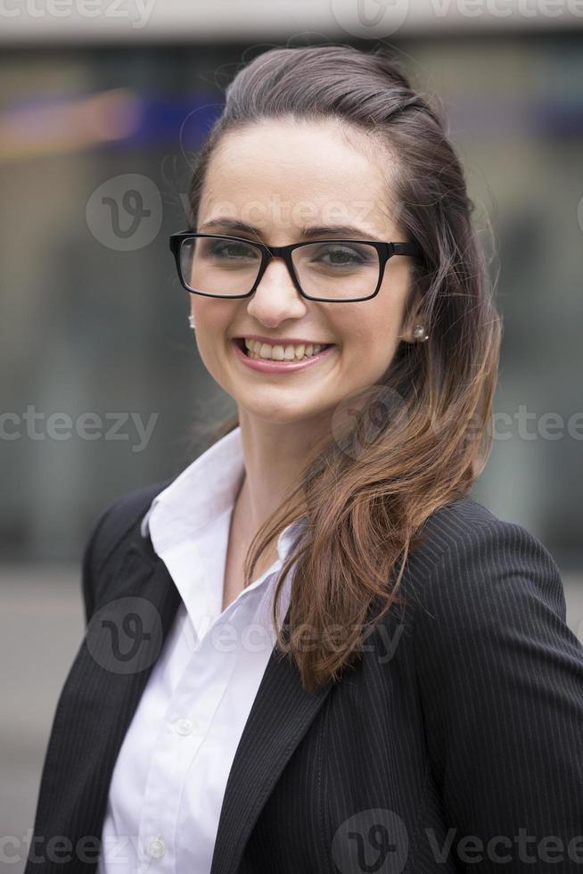 Kaukasische zakenvrouw permanent buitenshuis. foto