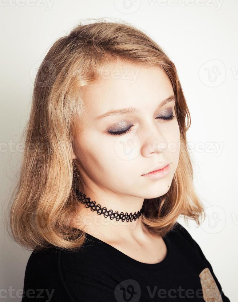 Kaukasisch blond tienermeisje met gesloten ogen foto