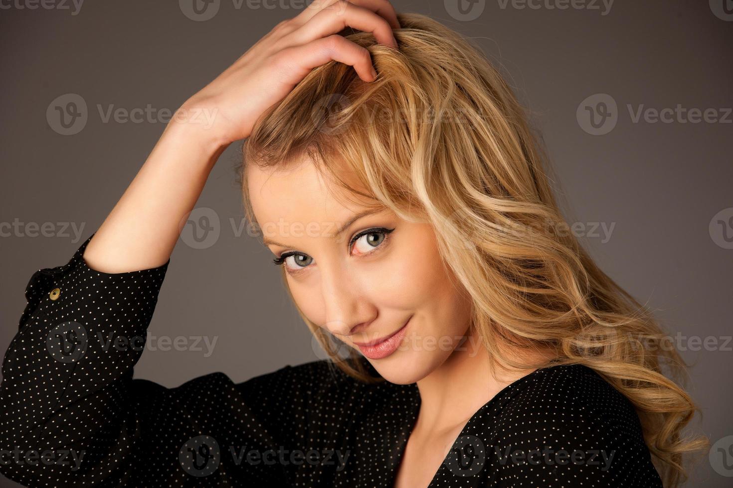 portretbeeld van een mooie jonge Kaukasische vrouw foto